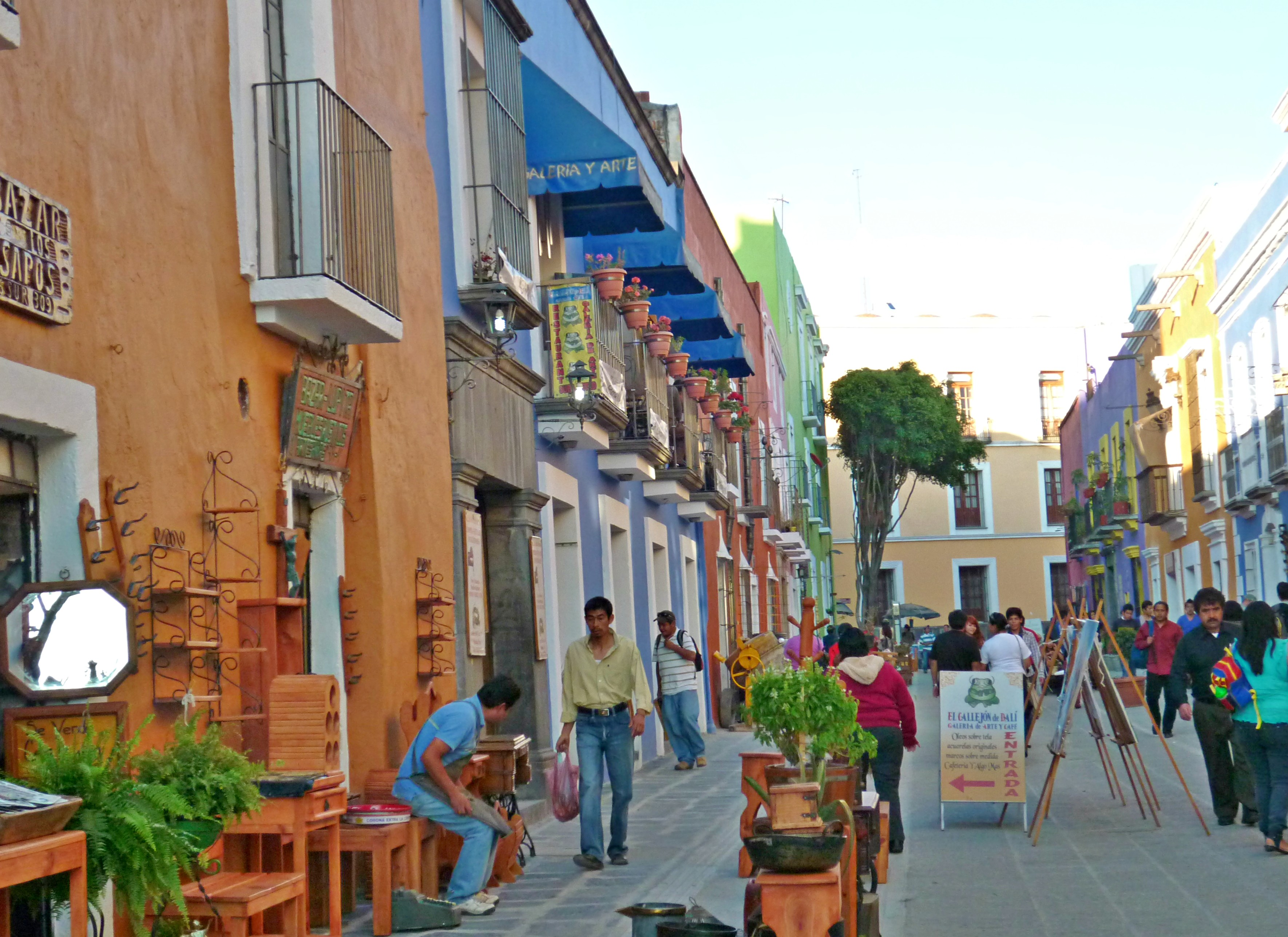 Personas caminando por las calles del Barrio de los Sapos